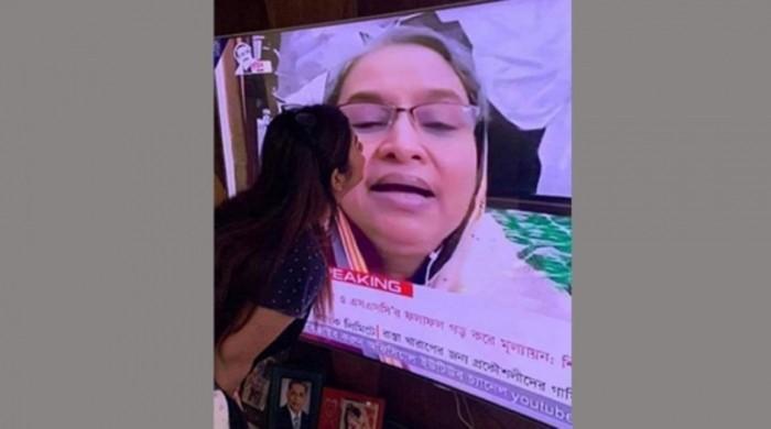 শিক্ষামন্ত্রীর লাইভে এইচএসসি পরীক্ষার্থীর 'চুমু'দেয়ার ছবি ভাইরাল