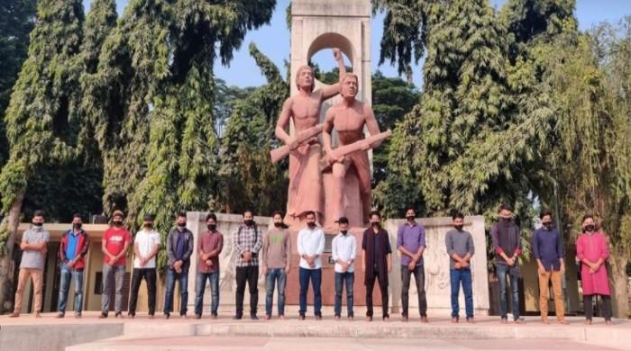 মুখে কালো কাপড় বেঁধে রাবি সাংবাদিকদের প্রতিবাদ